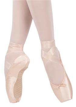 The model has a medium vamp between U and V-shaped and slightly tapered box shape.  INNOVATIVE LAST TYPE: SmartPointe.